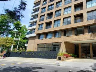 Una persona caminando por una calle de la ciudad en Bogota, Venta Apartamento para estrenar en La Carolina 130 MTS