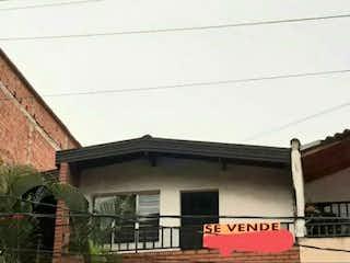 Un edificio con un reloj en el costado en Casa en venta de 101m2 en Rodeo Sur Medellín