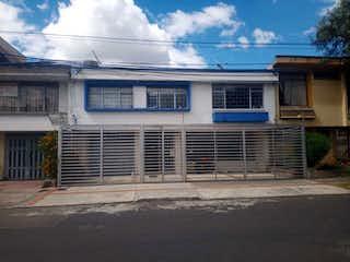 Un edificio azul y blanco en una esquina de la calle en VENTA CASA DE OFICINAS O PARA USO HABITACIONAL SAN LUIS TEUSAQUILLO