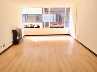 Una sala de estar llena de muebles y una televisión de pantalla plana en Apartamento en venta en Santa Bárbara Central de 80m²