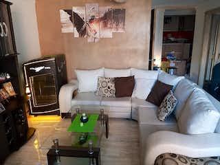 Una sala de estar llena de muebles y una chimenea en Apartamento en Venta en Robledo- Cerca a la Clínica Bolivariana