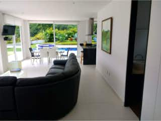 Una sala de estar llena de muebles y una ventana en Casa campestre en venta, ubicada en La Vega