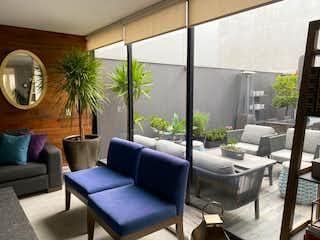 Una sala de estar llena de muebles y una gran ventana en CASA EN VENTA EN CONTADERO