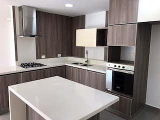 Una cocina con una estufa de fregadero y microondas en 103321 - Venta Apartamento Loma Las Brujas Envigado