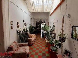Una sala de estar llena de muebles y una planta en