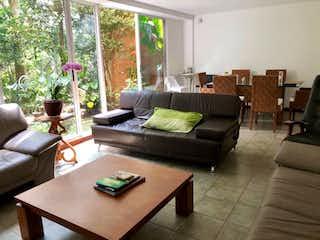 Una sala de estar llena de muebles y una mesa en Hermosa casa ubicada en la loma del Chocho Envigado