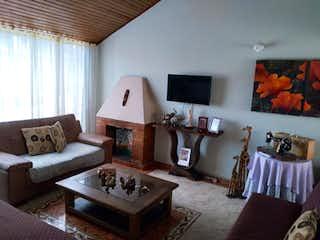 Una sala de estar llena de muebles y una chimenea en Venta Casa Barrio Mandalay