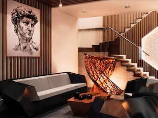 Una sala de estar llena de muebles y una chimenea en Icon Cibeles