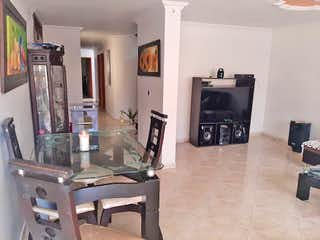 Una sala de estar llena de muebles y una chimenea en Apartamento en venta en Belén Centro, de 97mtrs2