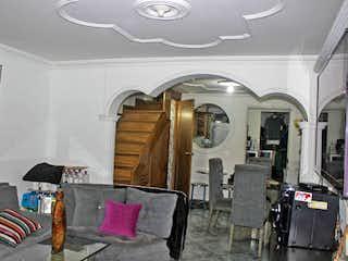 Una sala de estar llena de muebles y un reloj en Casa en venta en Niquía, de 108mtrs2