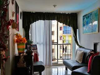 Una sala de estar llena de muebles y una ventana en Urbanización Reserva Del Prado Estapa 2