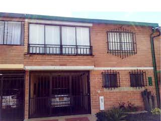 Un gran edificio de ladrillo con una gran ventana en Casa en venta en Altos De La Pereira con acceso a Jardín