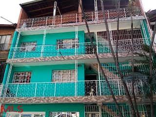 Un edificio verde con un edificio verde y blanco en Casa ph