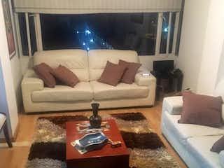 Una sala de estar llena de muebles y una televisión de pantalla plana en VENDO APARTAMENTO BARRIO BELMIRA, BOGOT