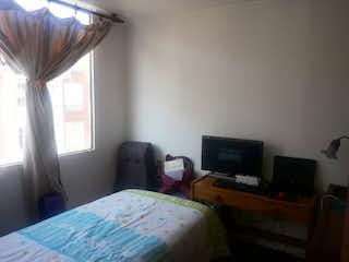 Un dormitorio con una cama y un escritorio en VENTA APARTAMENTO CIUDAD ALSACIA