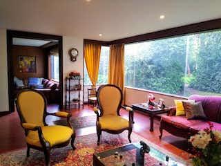 Una sala de estar llena de muebles y una gran ventana en Apartamento en venta en El Retiro, de 227mtrs2