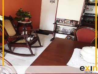 Una sala de estar llena de muebles y una chimenea en APARTAMENTO EN VENTA EN GRAN GRANADA