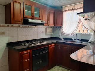 Una cocina con una estufa de fregadero y horno en Casa en venta en Valladolid de 100m²