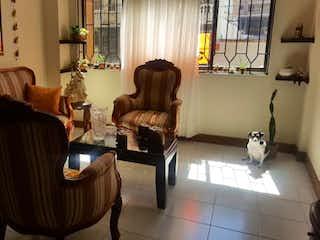 Una mujer sentada en un sofá en una sala de estar en YARI