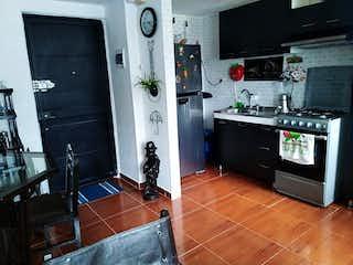 Una cocina con nevera y una estufa en APTO VENTA BOSQUES DE BOGOT 2 SUR