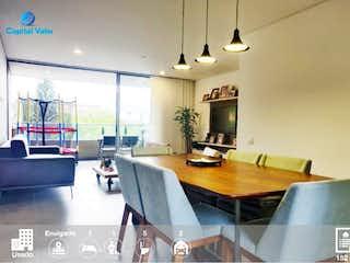 Una sala de estar llena de muebles y una ventana en Venta de apartamento en la Loma de Benedictinos Envigado