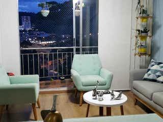 Una sala de estar llena de muebles y una gran ventana en Apartamento en venta en Suramérica, de 71mtrs2