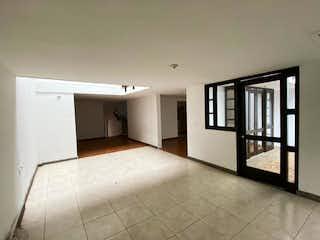 Una cocina con nevera y fregadero en OPORTUNIDAD, Venta CASA Escobero, amplios espacios, unidad completa.