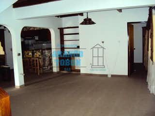 Una habitación que tiene una puerta y un refrigerador en