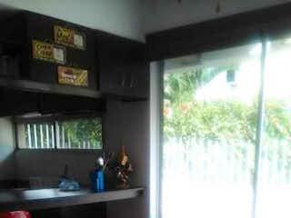 Una silla y una mesa en una habitación en Casa en venta en Casco Urbano San Jerónimo, de 120mtrs2