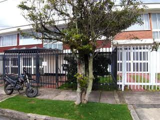 Una motocicleta estacionada delante de una casa en Casa En Venta En Bogotá Pontevedra