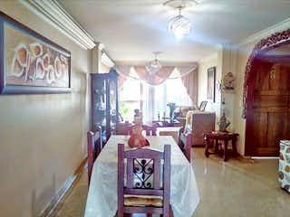 Una sala de estar llena de muebles y una lámpara de araña en Apartamento en venta en La Castellana, de 134mtrs2