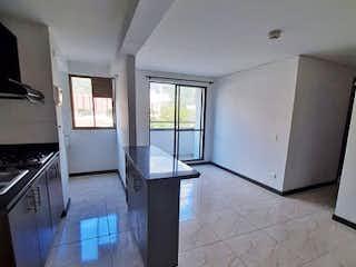 Una cocina blanca con un congelador frigorífico blanco en Apartamento en venta en Niquía, de 60mtrs2