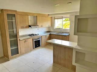 Una cocina con una estufa de fregadero y armarios en Casa en venta en Carlos E. Restrepo, de 130mtrs2