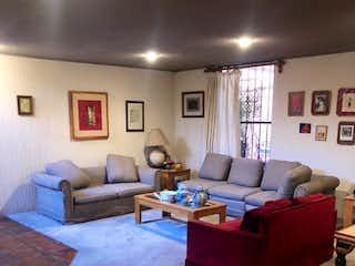 Una sala de estar llena de muebles y un sofá en Casa en venta en Santa María Tepepan, de 170mtrs2