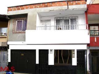 Un edificio blanco con una ventana delante de él en La Gloria