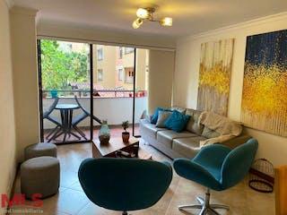Una sala de estar llena de muebles y una gran ventana en Villa Real
