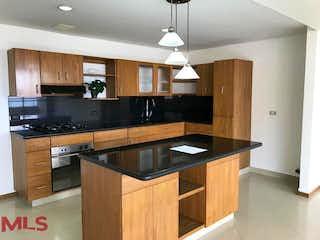 Una cocina con lavabo y microondas en Mantis