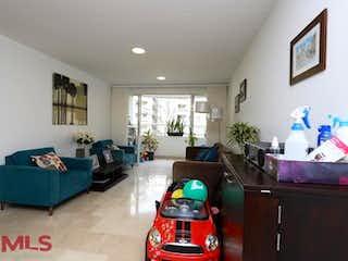 Una sala de estar llena de muebles y un sofá en Plaza Manzanares
