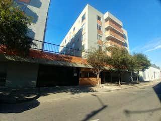 Un edificio con un reloj en el costado en Apartamento En Venta En Bogota Puente Aranda