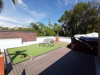 Una vista de un parque con una mesa de picnic en Casa en Venta Envigado Loma del Atravesado