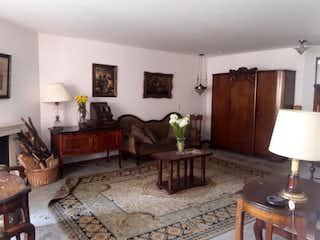 Una sala de estar llena de muebles y una chimenea en Apartamento en venta en Barrio La Carolina de 3 habitaciones