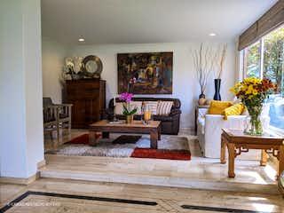 Una sala de estar llena de muebles y una lámpara de araña en Casa en venta en San Lucas, de 520mtrs2