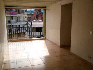Un cuarto de baño con una alfombra roja y una alfombra roja en LA ORTENCIA # 2