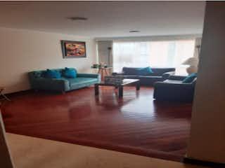 Una sala de estar llena de muebles y un suelo de madera en Apartamento en venta, ubicado en Batan
