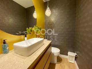 Un cuarto de baño con lavabo y bañera en Casa con terraza en Venta en Santa Ana
