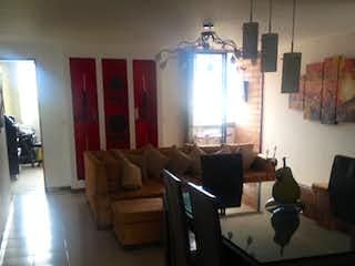 Una sala de estar llena de muebles y una lámpara en APARTAMENTO EN VENTA SIMON BOLIVAR