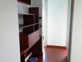 Una sala de estar con suelos de madera dura y un suelo de madera en Apartamento en Venta SANTA ROSITA