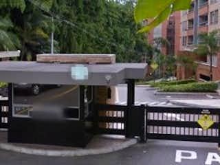 Un banco sentado en medio de una calle en Apartamento en venta en Loma De Benedictinos 80m² con Gimnasio...