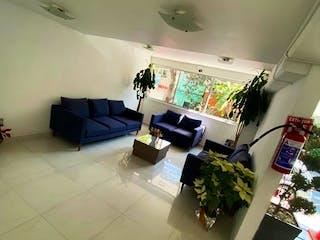 Una sala de estar llena de muebles y flores en DEPARTAMENTO MUY BIEN UBICADO A 5 MIN. DE POLANCO, CON ROOF GARDEN PRIVADO.