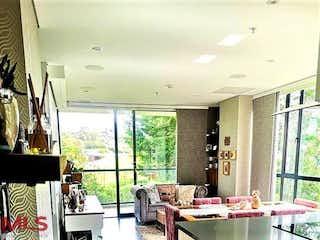 Una sala de estar llena de muebles y una ventana en Swiss